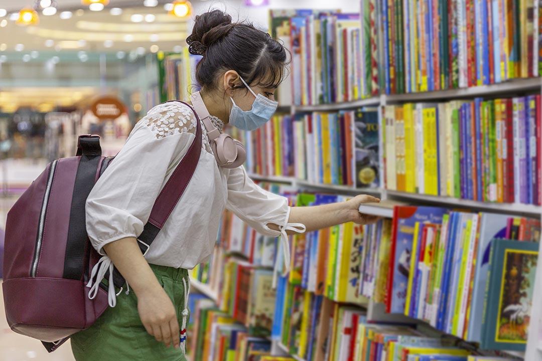 ¿Has pensado en desinfectar tus libros en el microondas? ¡No lo hagas!